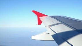 Крыло летания самолета над облаками утра Крыло воздушных судн в небе, смотря через окно видеоматериал