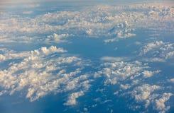 Крыло летания самолета над облаками Стоковая Фотография RF