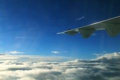Крыло самолета в воздухе Крыло летания, крыло самолета в небе Стоковая Фотография