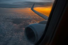 Крыло самолета в восходе солнца утра изображение для добавляет вебсайт текстового сообщения или рамки Фото принятое в небо Стоковое Фото