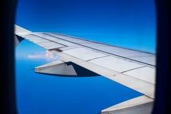 Крыло самолета в голубом небе, взгляде через плоское окно Перемещение воздухом Взгляд окна воздушных судн Стоковая Фотография RF