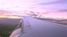 Крыло самолета в полете - смотрящ вне из окна с небом сумерек видеоматериал