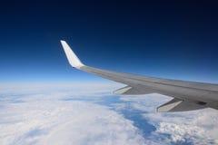 Крыло самолета в чисто небе дня Стоковое Фото