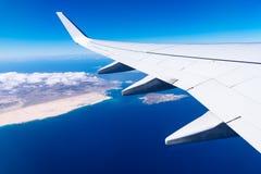 Крыло самолета над островом Стоковая Фотография