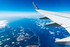 Крыло самолета над островом Стоковые Изображения RF