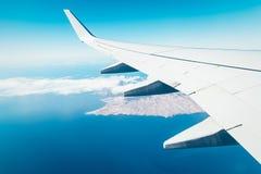 Крыло самолета над островом Стоковые Изображения