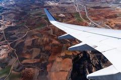 Крыло самолета над полями Стоковые Изображения