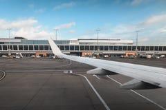 Крыло самолета на авиапорте на посадке Стоковая Фотография RF