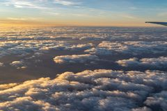 Крыло самолета на заходе солнца стоковая фотография