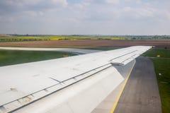 Крыло самолета Фото прикладное к операторам туризма Traveli Стоковые Изображения RF