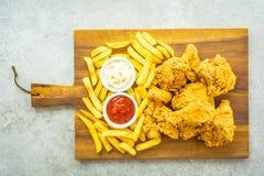 Крылья жареной курицы с французскими картофелем фри и соусом томата или кетчуп и майонеза стоковое фото rf