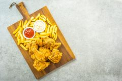 Крылья жареной курицы с французскими картофелем фри и соусом томата или кетчуп и майонеза стоковая фотография rf