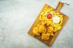 Крылья жареной курицы с французскими картофелем фри и соусом томата или кетчуп и майонеза стоковые изображения rf