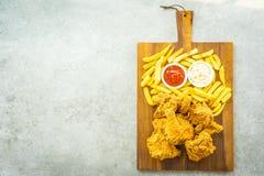 Крылья жареной курицы с французскими картофелем фри и соусом томата или кетчуп и майонеза стоковые изображения