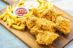 Крылья жареной курицы с французскими картофелем фри и соусом томата или кетчуп и майонеза стоковые фотографии rf