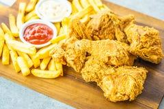 Крылья жареной курицы с французскими картофелем фри и соусом томата или кетчуп и майонеза стоковое фото