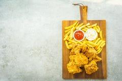Крылья жареной курицы с французскими картофелем фри и соусом томата или кетчуп и майонеза стоковая фотография