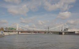 Крымский мост На кораблях и людях шоссе moving Стоковые Фотографии RF