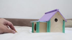 Крыса peeking вне деревянный дом видео отверстия милое из роет дома и обнюхивает еду в поисках еды мило сток-видео