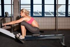 крытая женщина rowing машины Стоковое Изображение