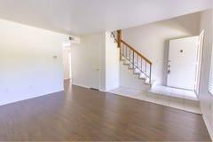 Крытая комната входа в кондо с деревянными полами Стоковые Фото