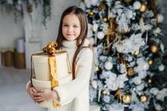 Крытая съемка прелестной милой довольно малой девочки носит войну стоковая фотография