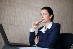 Крытое изображение женщины с документами и ручкой Стоковые Изображения RF
