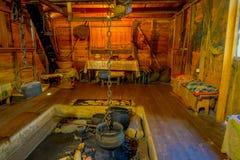 Крытый взгляд старого dinning indise комнаты музея Chonchi заполнил с объектом от 1920s, подаренных семьями  стоковая фотография rf