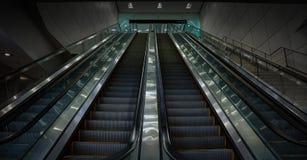 Крытый длинный эскалатор на авиапорте Майами без любого пассажира Стоковые Фотографии RF