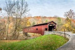 Крытый мост в Пенсильвании во время осени Стоковое Фото
