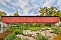 Крытый мост катаракты над заводью мельницы Стоковые Изображения RF
