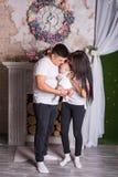 Крытый портрет азиатской семьи смешанной гонки стоковые фотографии rf