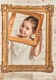 Крытый портрет маленькой девочки expressve прелестной молодой стоковые изображения