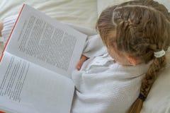 Крытый портрет молодых европейских девушек - 2 сестер - лежа внутри Стоковая Фотография