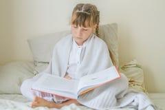 Крытый портрет молодых европейских девушек - 2 сестер - лежа внутри Стоковая Фотография RF