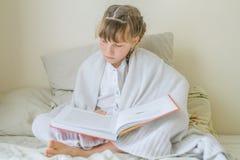 Крытый портрет молодых европейских девушек - 2 сестер - лежа внутри Стоковые Фото