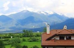 Крыть черепицей черепицей крыша в горах Pirin Стоковое Изображение