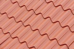 Крыть черепицей черепицей красная крыша на предпосылка 2 Стоковые Фото