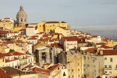 Крыть черепицей черепицей крыши. Взгляд над кварталом Alfama. Лиссабон. Португалия Стоковые Изображения