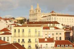 Крыть черепицей черепицей крыши. Взгляд над кварталом Alfama. Лиссабон. Португалия Стоковые Изображения RF