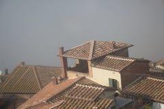 Крыть черепицей черепицей крыши Сиены на тумане Тоскана Италия стоковые изображения