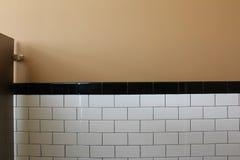 Крыть черепицей черепицей стена стойла общественного туалета стоковое фото rf