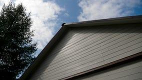 Крыша Белого Дома деревянная с черной крышей с голубым небом сток-видео