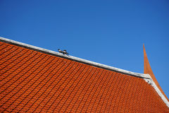 Крыша виска Таиланда с голубым небом Стоковые Фото