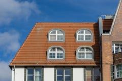 Крыша дома в Ростоке - настелите крышу окна стоковые фотографии rf