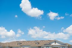 Крыша дома на голубой солнечной предпосылке неба Архитектура и структура идея проекта арендуйте квартиру перестановка стоковые фото