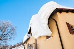Крыша дома покрытого с снегом Стоковая Фотография RF