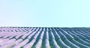 Крыша дома против ясного голубого неба стоковая фотография