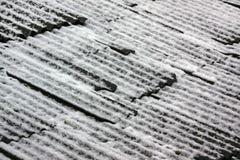 Крыша дома сделанного шифера покрытого с снегом Стоковые Фотографии RF