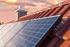 Крыша дома с панелью солнечных батарей или фотовольтайческой системой Стоковая Фотография RF